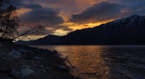 Fr?hlingssonnenuntergang auf einem Gebirgssee stockbild
