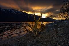 Fr?hlingssonnenuntergang auf einem Gebirgssee stockfotos