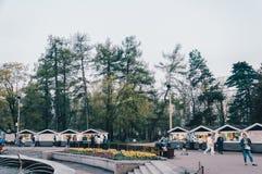 Frühlingsstadtpark mit Leuten lizenzfreie stockbilder