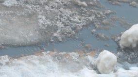 Frühlingsstrom fließt den Asphalt durch stock video footage