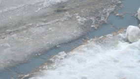 Frühlingsstrom fließt den Asphalt durch stock footage