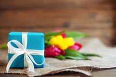 Frühlingstulpen und -geschenk gruß Konzept des Feiertags, Geburtstag, stockfoto