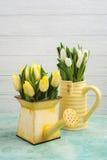 Frühlingstulpen in yelow Vase und Gießkanne Lizenzfreie Stockbilder