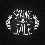 Frühlingsverkauf - Beschriftung auf dem Kreidehintergrund Stockfoto