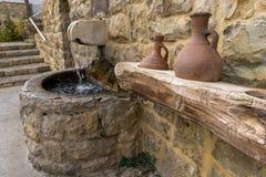 Frühlingsweihwasser an einer alten Kirche im Libanon lizenzfreie stockfotos