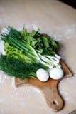 Frühlingszwiebel, Dill, Sauerampfer, Kopfsalat und Spinat auf dem Tisch Stockfotos