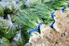 Frühlingszwiebel und -paprikas im Frischmarkt, gesundes Gemüsekraut Stockfotos