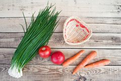 Frühlingszwiebeln, rote Tomaten, orange Karotten lizenzfreies stockfoto