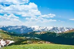 Frühsommer Colorado-Landschaft mit grünen Wiesen und Schnee bedeckten Berge stockfotografie