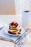 Frühstück, üppige Pfannkuchen mit frischen Beeren Lizenzfreies Stockfoto