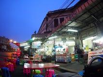 Frühstück als üblicher Lebensstil BANGKOKS nahe THAILÄNDISCHEM hauptsächlichbahnhof Stockbild