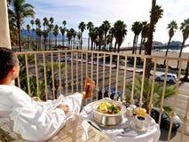 Frühstück auf Balkon mit Meerblick Stockfoto