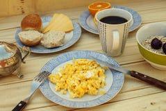 Frühstück auf dem Holztisch Stockbild