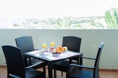 Frühstück auf dem Tisch, Saft, Getreide und Früchte in der Sonne goo lizenzfreies stockfoto