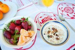 Frühstück auf dem Tisch, Saft, Getreide und Früchte in der Sonne goo stockfotos