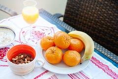 Frühstück auf dem Tisch, Saft, Getreide und Früchte in der Sonne goo lizenzfreie stockfotos