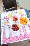 Frühstück auf dem Tisch, Saft, Getreide und Früchte in der Sonne goo lizenzfreie stockfotografie