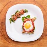 Frühstück auf der weißen Platte stockbild