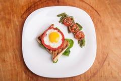 Frühstück auf der weißen Platte lizenzfreie stockbilder