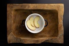 Frühstück auf einer hölzernen rechteckigen Schüssel mit einem Schwarzweiss-Topf stockfoto