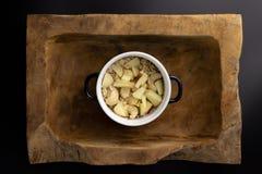 Frühstück auf einer hölzernen rechteckigen Schüssel mit einem Schwarzweiss-Topf stockfotos