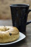 Frühstück-Bagel mit Kaffee Stockfoto