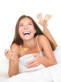 Frühstück in der Bettfrau Lizenzfreie Stockfotografie