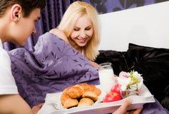Frühstück in der Bettsorgfalt Stockfotografie