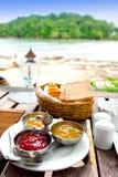Frühstück an der Gaststätte mit Ansicht lizenzfreies stockbild