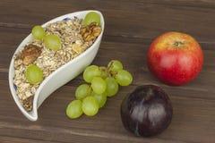 Frühstück der gesunden Diät des Hafermehls, des Getreides und der Frucht Nahrungsmittel voll von Energie für Athleten Das Konzept stockbilder