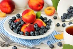 Frühstück der reifen Frucht und der Beeren: Aprikosen, Pfirsiche, blueberr Lizenzfreies Stockbild
