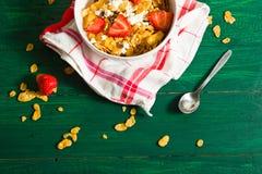 Frühstück des Hafermehls und der Corn Flakes mit Milch und Erdbeeren lizenzfreies stockfoto