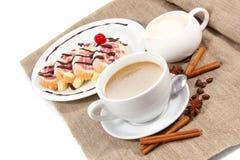 Frühstück des Kaffees und der Schweizer Rolle Lizenzfreies Stockbild
