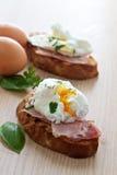 Frühstück des poschierten Eies und des Schinkens Stockfotos