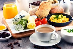 Frühstück diente mit Kaffee, Käse, Getreide und durcheinandergemischten Eiern lizenzfreie stockfotos