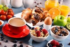 Frühstück diente mit Kaffee, Saft, Hörnchen und Früchten lizenzfreie stockfotos