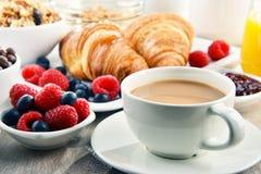 Frühstück diente mit Kaffee, Saft, Hörnchen und Früchten Lizenzfreies Stockfoto