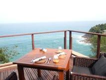 Frühstück durch das Meer Stockfotos