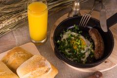 Frühstück - Eier mit Wurst und Saft Stockbilder