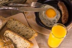 Frühstück - Eier mit Wurst und Saft Stockbild