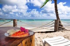 Frühstück in einem tropischen Strand Stockfotografie