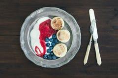 Frühstück eingestellt: gerinnen Sie Pfannkuchen mit Jogurt, frischer Blaubeere und Ra Stockfoto