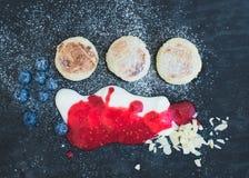 Frühstück eingestellt: Hüttenkäsepfannkuchen mit frischer Blaubeere Lizenzfreie Stockfotografie