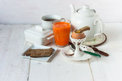 Frühstück eingestellt mit Ei und Saft Stockfoto