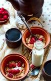 Frühstück für zwei Schwarzer Tee und muesli Lebensmittel gelegen auf einem wicke Lizenzfreies Stockbild