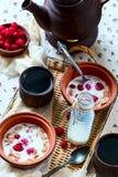 Frühstück für zwei Schwarzer Tee und muesli Lebensmittel gelegen auf einem wicke Stockfotografie