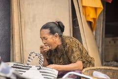 : Frühstück, Frau am Markt, Dorf Toyopakeh, Nusa Penida am 24. Juni Indonesien 2015 Lizenzfreie Stockbilder