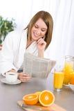 Frühstück - Frauenlesezeitung in der Küche stockbilder