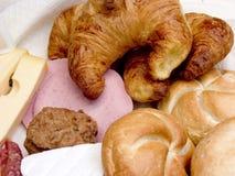 Frühstück, frisches Brot, Käse und Fleisch. Stockbild