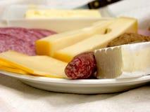 Frühstück, frisches Brot, Käse und Fleisch. Stockbilder